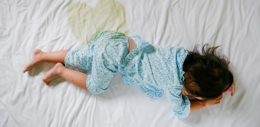 Saiba até quando é normal a criança fazer xixi na cama