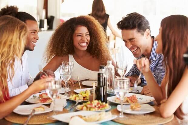 A importância do convívio social para o bem-estar desde a infância até a velhice