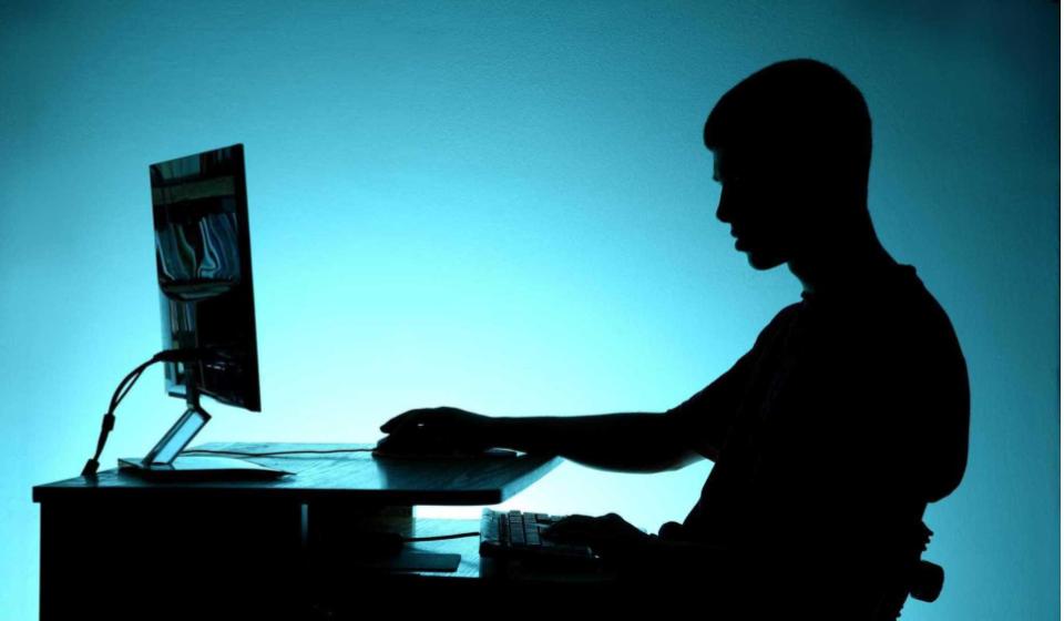 adolescente no computador