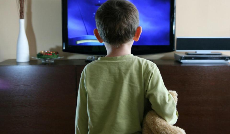 criança grudada na tv