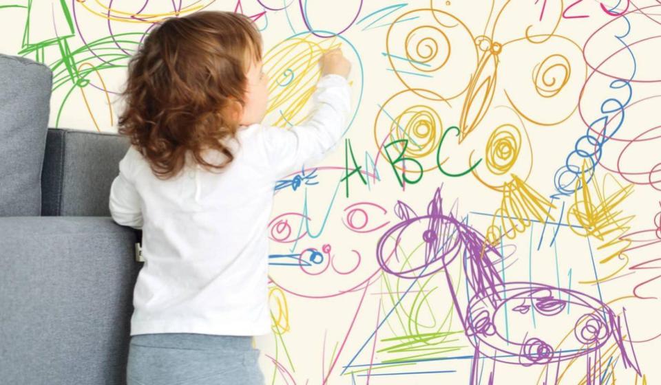 criança rabiscando uma parede